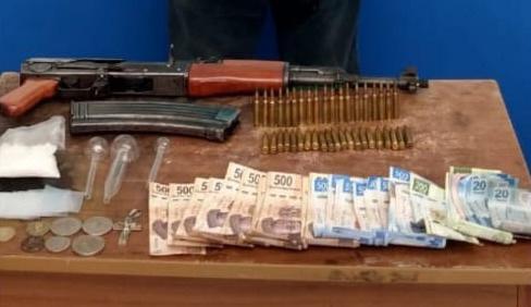 Detiene SSP a uno en posesión de un arma de fuego, cartuchos, droga y dinero de dudosa procedencia