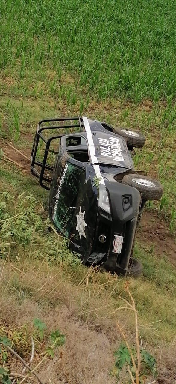 Tres Policías de Michoacán resultaron heridos al volcar la patrulla en la que circulaban