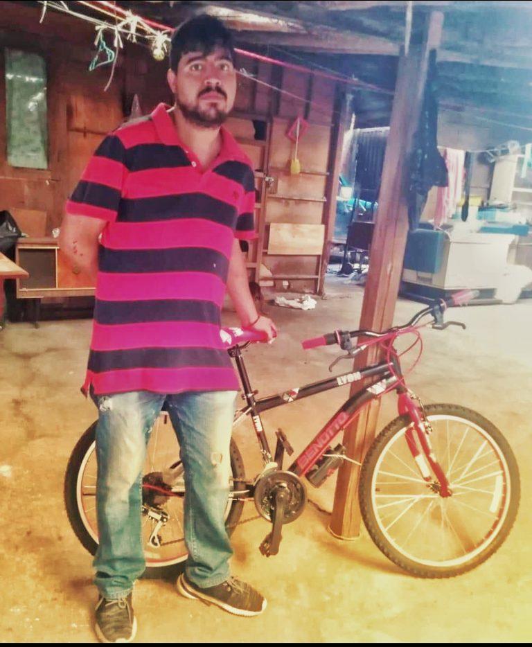 Gracias a la solidaridad de los ciudadhidalguenses, José Iván estrena bicicleta para trabajar repartiendo tamales.