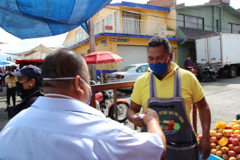 Distribuye secretario del Ayuntamiento, cubrebocas a comerciantes y visitantes del Tianguis