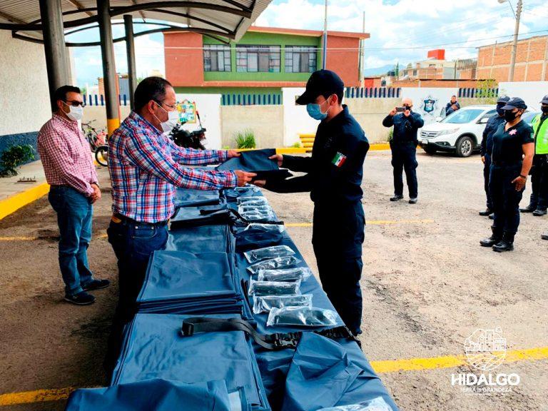 José Luis Téllez entregó de forma simbólica equipo impermeable y aditamentos tácticos a elementos de la Dirección de Seguridad Pública y Tránsito Municipal
