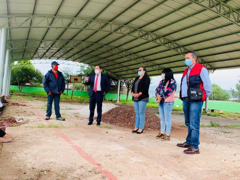 José Luis Téllez supervisó los trabajos de la construcción de la techumbre de la Escuela Primaria 5 de Mayo