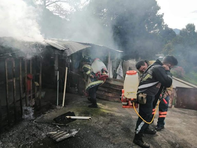 Daños materiales al incendiarse una casa de madera en Zitácuaro.