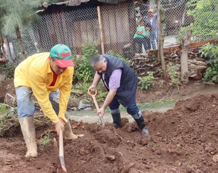 Jesús Mora supervisa daños causados por inundación en Tuxpan.