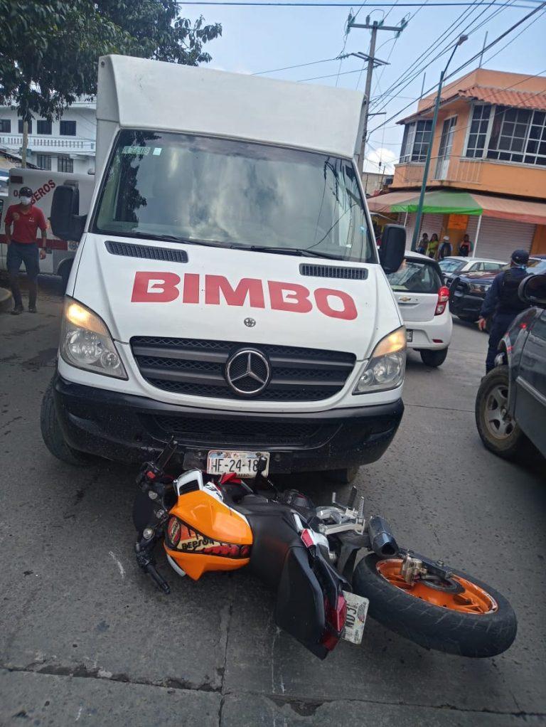 Perdidas materiales al chocar una camioneta repartidora y una motocicleta