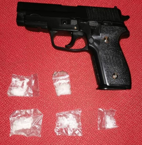 Detiene SSP a dos en posesión de droga y una réplica de arma de fuego