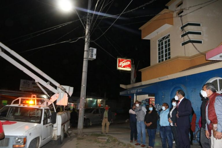 Luis Téllez arrancó los trabajos de la colocación de lámparas led, rehabilitando el alumbrado público de la Avenida Principal de la localidad de San Bartolo Cuitareo