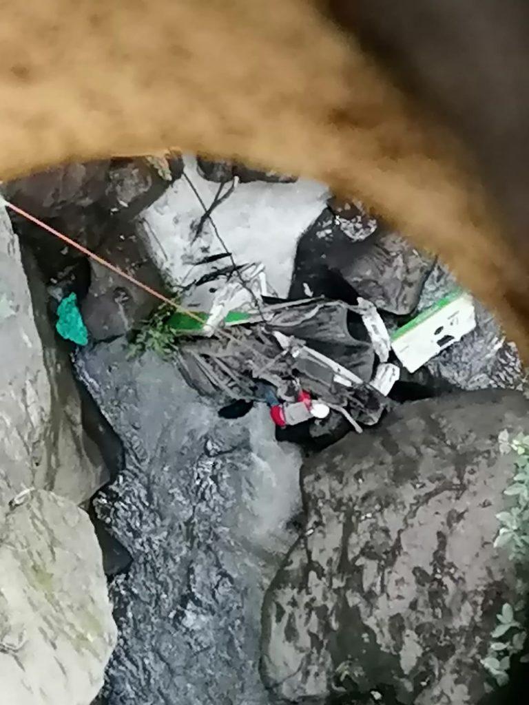 Pierde la vida un conductor al caer su camioneta al fondo de la barranca del Puente de Fierro en Zitácuaro.