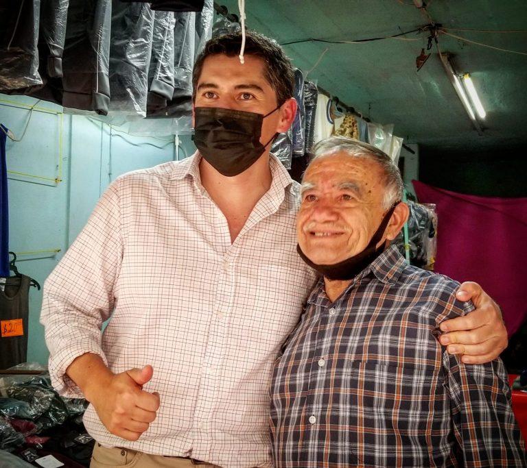 Toño Ixtláhuac realizó este día un recorrido por la zona comercial del centro de Zitácuaro