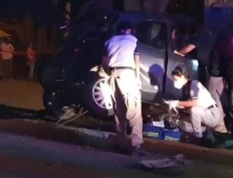 Saldo de un muerto y un lesionado, al chocar su vehículo contra un árbol